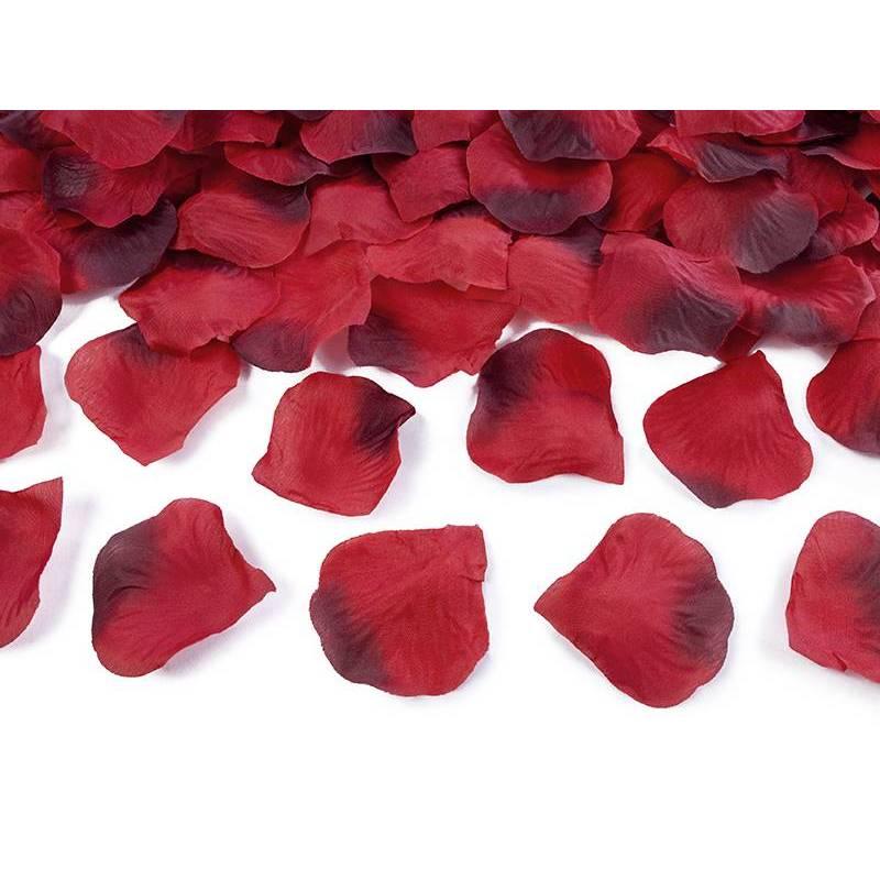 Pétales de rose dans un sac rouge