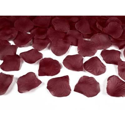 Pétales de rose dans un sac rouge profond