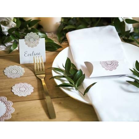 Boîtes avec une rosette décorative