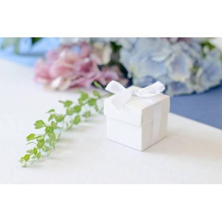Boîtes avec un ruban blanc