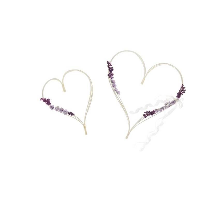 Coeurs en rotin avec des bouquets violets